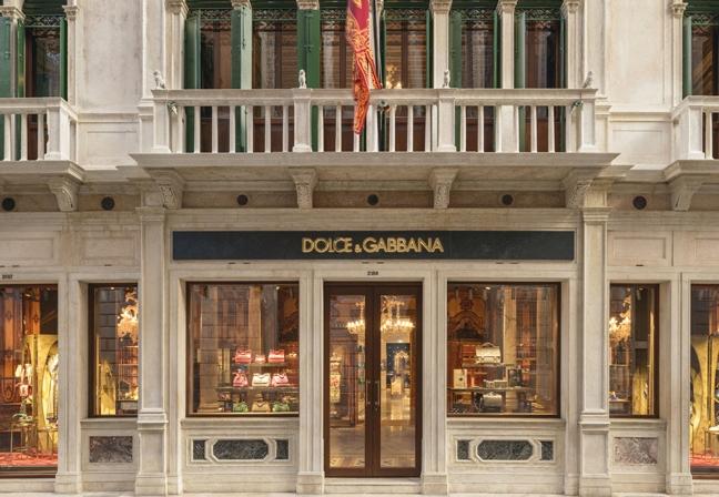 Em clima poético, a nova loja conceito da Dolce Gabbana Venezia, projetada  pelo arquiteto Eric Carlson, fundador da Carbondale, apresenta um layout  repleto ... 0e3e057587